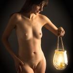 akt - lampa ze swieca jako rekwizyt