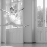 czarno białe zdjęcie dziewczynki podczas tańca