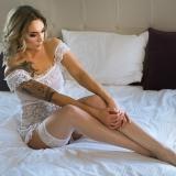 Paula na łóżku sensualnie