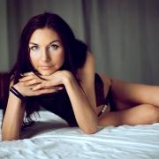 Dziewczyna na łóżku