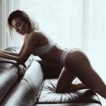 Paulina w bieliźnie na sofie