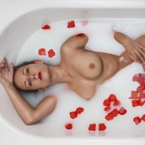 akt w wannie z płatkami róż