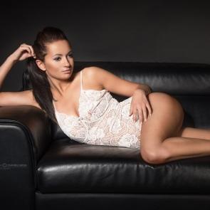 fotografia kobieca - skórzana sofa