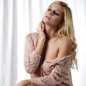 zdjęcie dziewczyny w swetrze