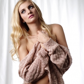 Angela w swetrze i bieliźnie
