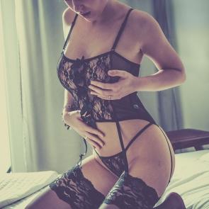 Fotografia kobieca na łóżku