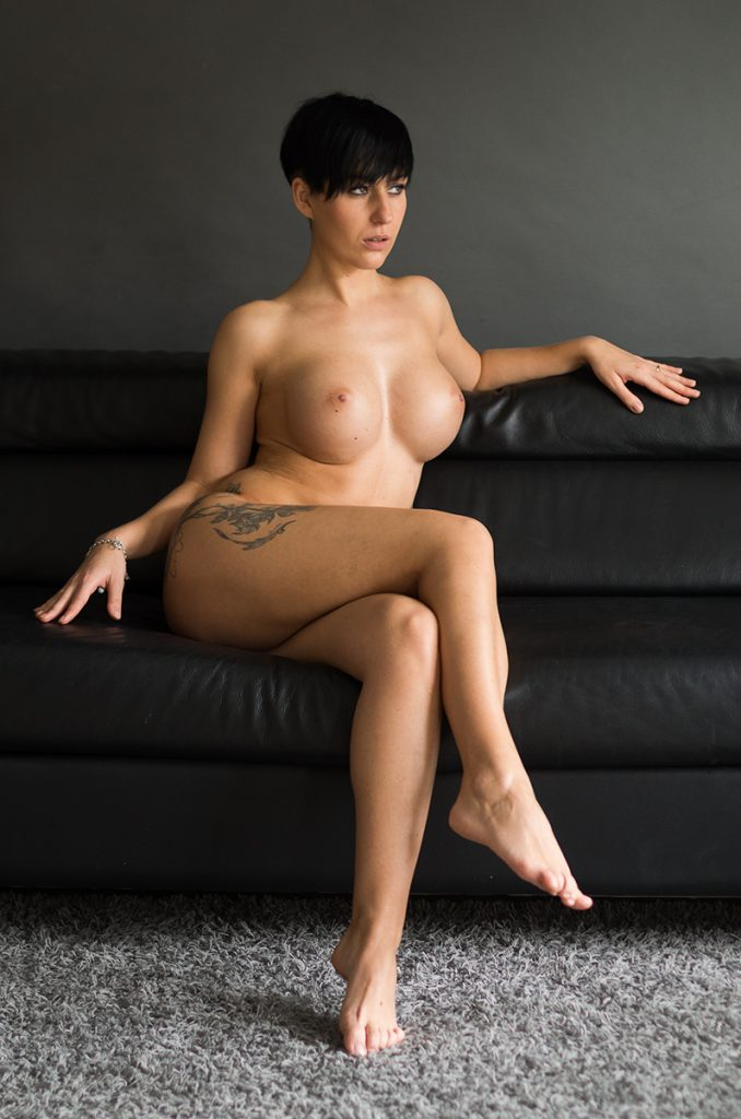 kobiecy akt na kanapie